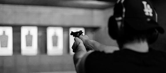 alumno del curso de vigilante de seguridad en clase práctica de tiro