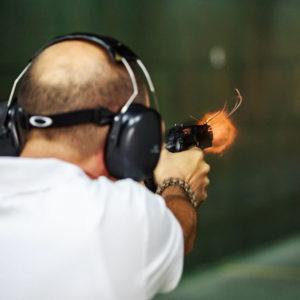 alumno de la escuela de seguridad privada en galería de tiro